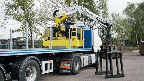 Представили нові крани-маніпулятори для роботи із вантажівками