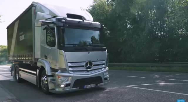 Автоблогери влаштували тест-драйв нової електричної вантажівки Mercedes-Benz eActros